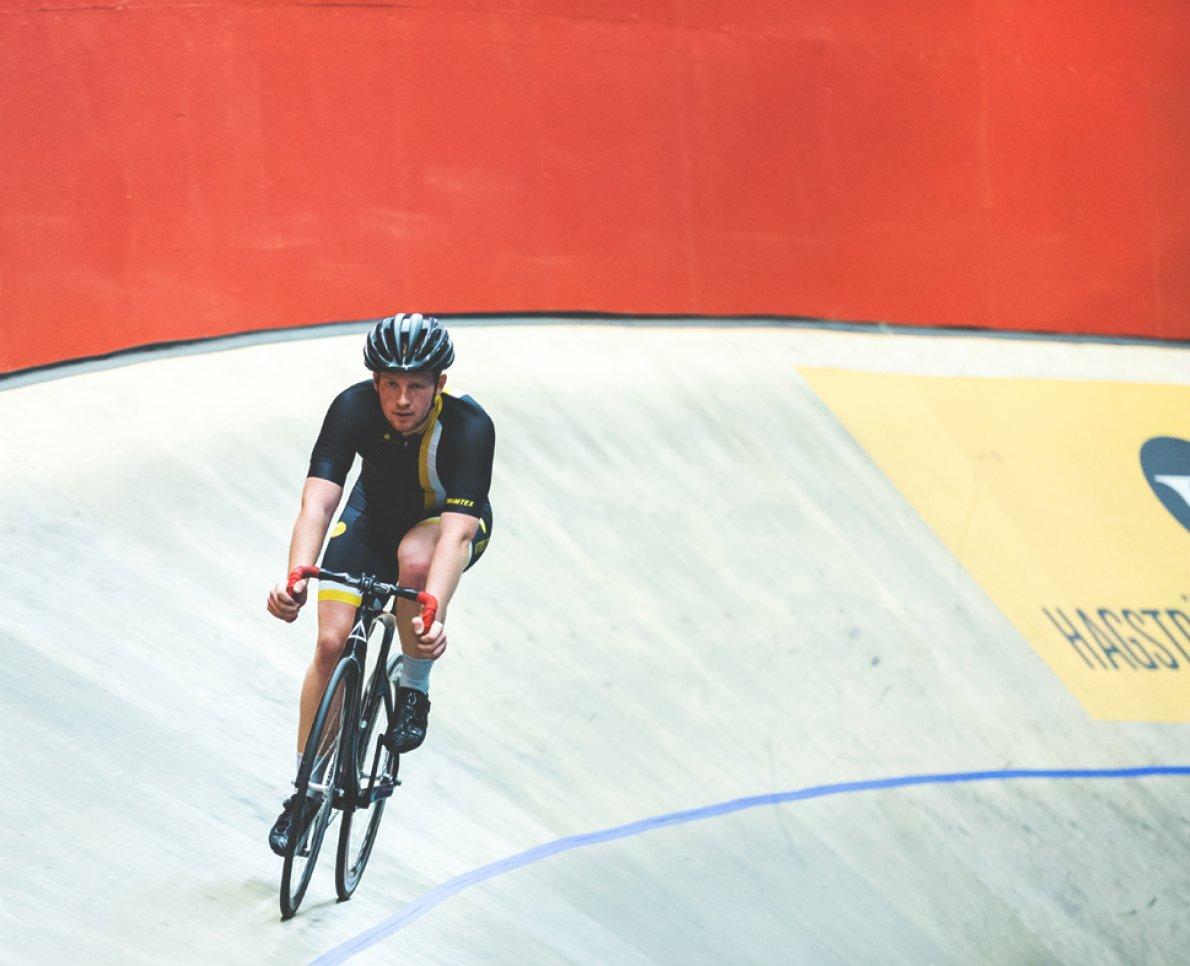 Bild på cyklist som cyklar på velodromen