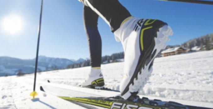 Närbild på skidåkare som åker längdskidor