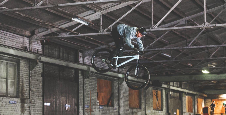 Bild på BMX cyklist i luften