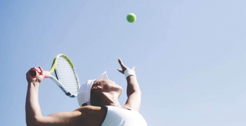 Elever servrar tennis
