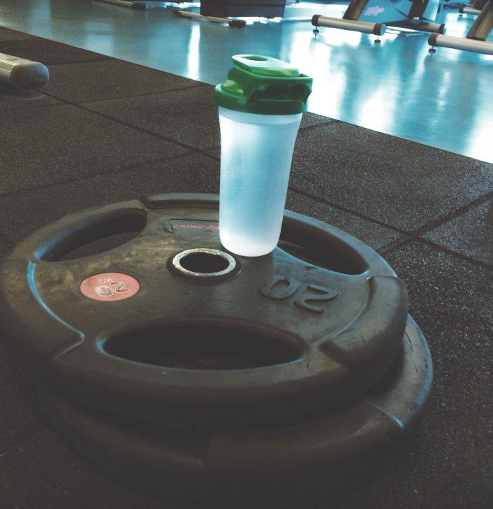 Närbild på vikter och vattenflaska i gym